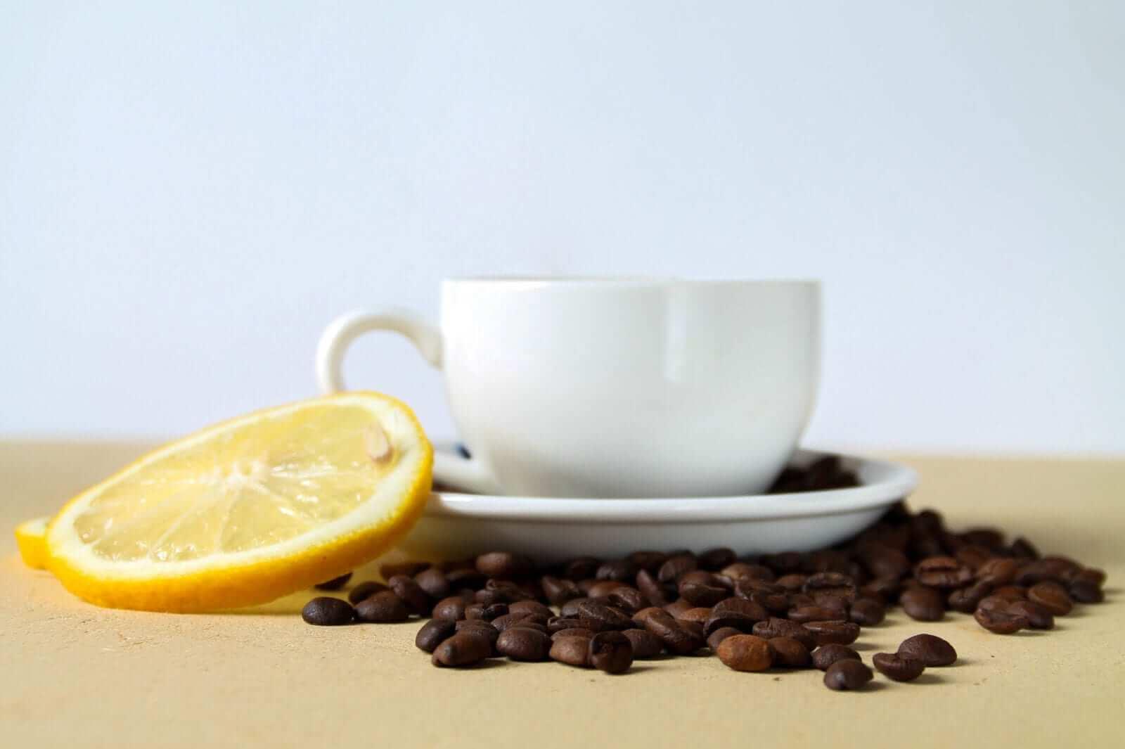 Zitrone mit Kaffee KOPFSCHMERZEN