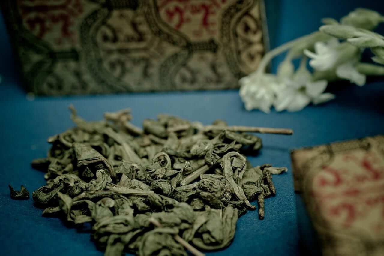 Grüner Tee auf blauem Untergrund
