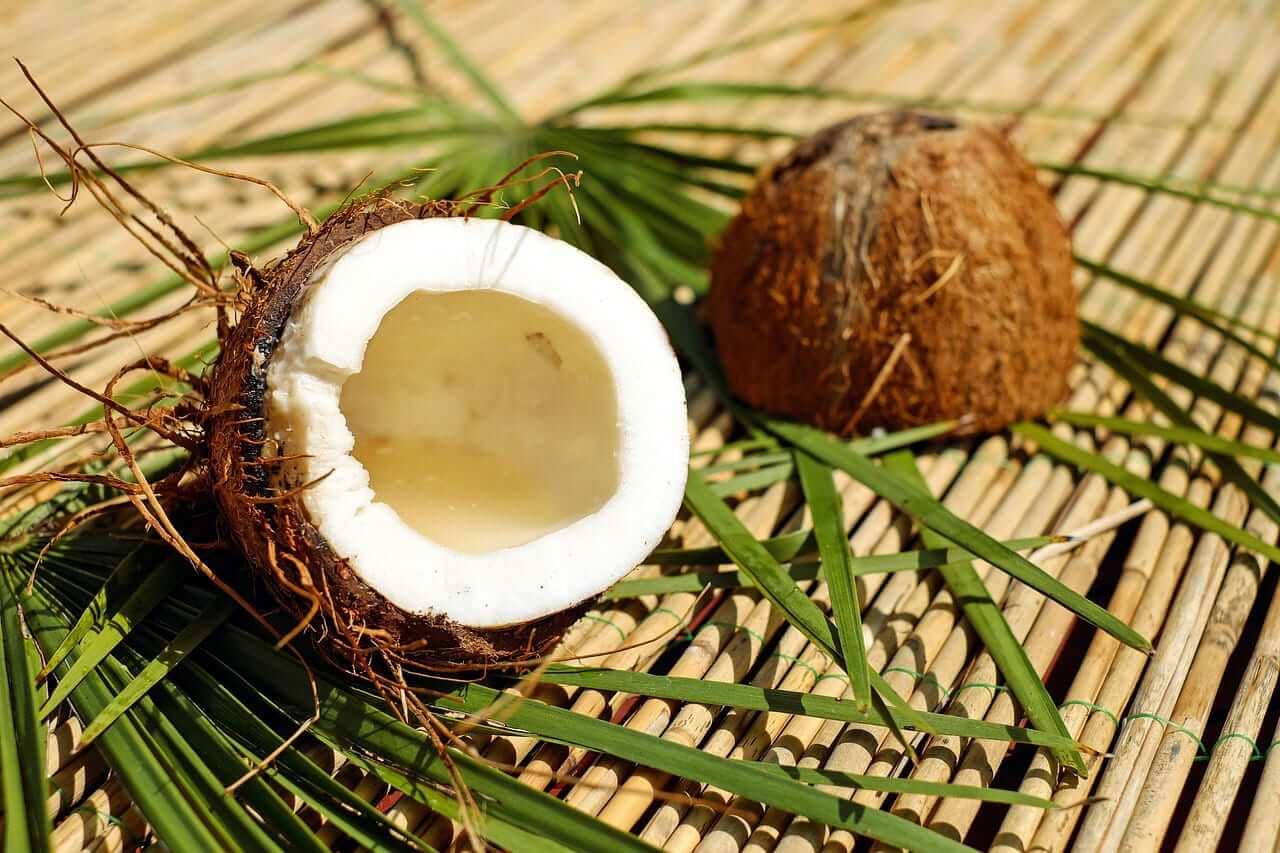Eine halbe, offene Kokosnuss