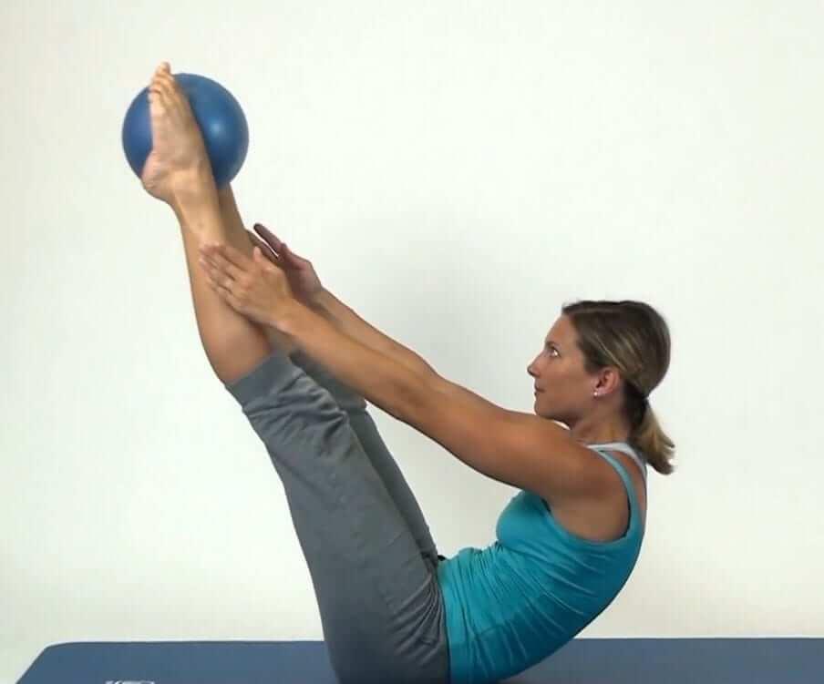 Oberschenkel- und Beckenmuskulatur Pilates Bällen Übung